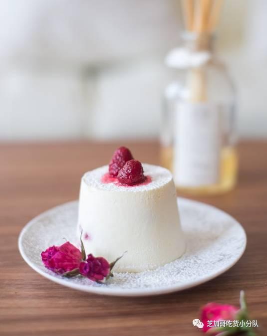 来自甜点专业学霸的亲授!周末来做色香味全五星的树莓夹心白巧慕斯蛋糕